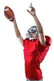 Spieler des amerikanischen Fußballs, der Ball beim oben zeigen hält Stockfotos