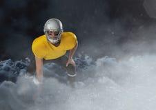 Spieler des amerikanischen Fußballs, der in die Wolken mit Ball läuft Lizenzfreies Stockbild