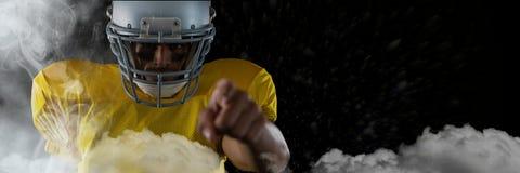 Spieler des amerikanischen Fußballs, der im Stadion beginnt Spiel steht Stockfoto