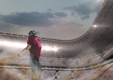 Spieler des amerikanischen Fußballs, der im Stadion steht Stockfotografie