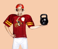 Spieler des amerikanischen Fußballs in der roten einheitlichen Aufstellung Stockfoto