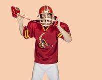 Spieler des amerikanischen Fußballs in der roten einheitlichen Aufstellung Lizenzfreies Stockbild