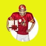 Spieler des amerikanischen Fußballs in der roten einheitlichen Aufstellung Stockbild