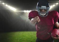 Spieler des amerikanischen Fußballs, der in Stadion zeigt Stockfotos