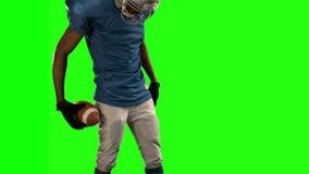 Spieler des amerikanischen Fußballs, der unten schaut stock video