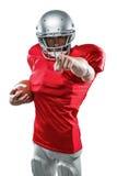 Spieler des amerikanischen Fußballs des Porträts im rotem Trikotzeigen Lizenzfreies Stockbild