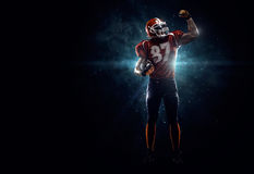 Spieler des amerikanischen Fußballs im Scheinwerfer Stockfotos
