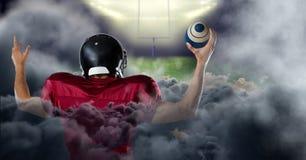 Spieler des amerikanischen Fußballs im Stadion mit Rauche Stockbild