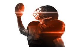 Spieler des amerikanischen Fußballs im Trikot und Sturzhelm, der Ball hält stockbild