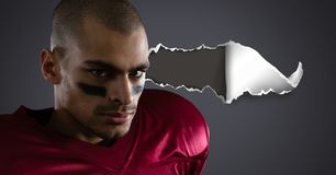 Spieler des amerikanischen Fußballs mit heftigem Papier Stockfoto