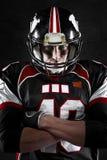 Spieler des amerikanischen Fußballs mit intensivem Anstarren Lizenzfreie Stockbilder