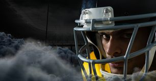 Spieler des amerikanischen Fußballs mit Wolken im Stadion Stockfotos