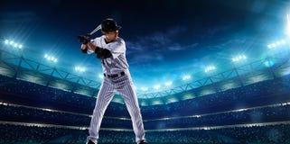 Spieler des professionellen Baseballs auf Nachtgroßartiger Arena lizenzfreie stockbilder