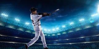 Spieler des professionellen Baseballs auf Nachtgroßartiger Arena lizenzfreie stockfotos