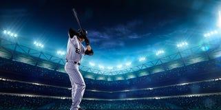 Spieler des professionellen Baseballs auf Nachtgroßartiger Arena lizenzfreies stockfoto