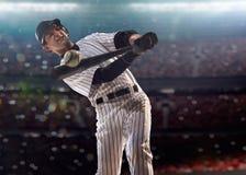 Spieler des professionellen Baseballs in der Aktion Stockbilder