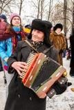 Spieler eines kleideten alte Akkordeons in einem russischen Ushanka an Lizenzfreies Stockfoto
