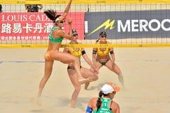 Spieler im Strandvolleyball der Frauen Stockbilder
