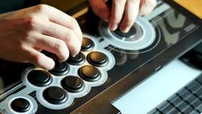 Spieler mit einem Stocksäulengang stock video
