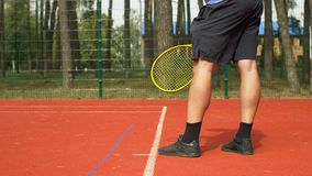 Spieler ` s Hand mit dem Tennisball, der sich vorbereitet zu dienen stock video