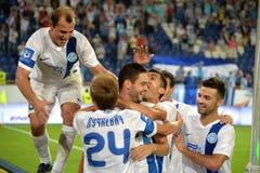 Spieler von FC Dnipro beglückwünschen footballplayer, nachdem sie gezählt haben Stockbild