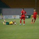 Spieler von fc Ufa verletzten Regeln gegen einen Spieler von fc Kuban Vladislav Ignatiev Lizenzfreies Stockbild