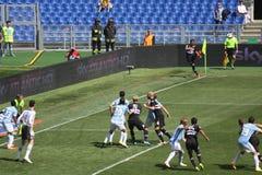Spielerfußball in der Aktion Stockbild