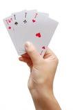 Spielerhand, die vier Asse aufdeckt Stockfotos
