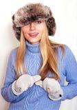 Spielerische Blondine im russischen Hut Stockfoto