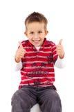 Spielerische Daumen des kleinen Jungen oben stockbilder
