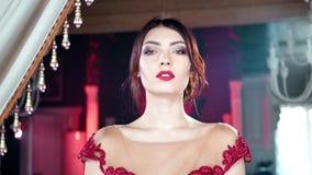 Spielerische entzückende verlockende junge Frau der mittleren Nahaufnahme des Schwenks, die am Weinleseluxusinnenraum aufwirft stock video
