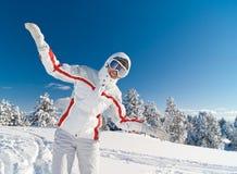 Spielerische Frauen-Skifahrerfliege auf die Oberseite des Berges Lizenzfreies Stockbild