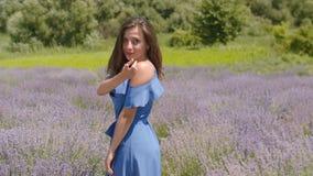 Spielerische hübsche Frau, die in der Sommernatur zuwinkt stock video footage
