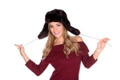 Spielerische junge blonde Frau im Winter-Hut Lizenzfreie Stockfotografie