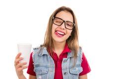 Spielerische junge Frau, die Zunge zeigt stockbilder