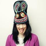 Spielerische junge Frau im lustigen Hut mit Kaninchen Lizenzfreies Stockbild
