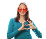 Spielerische junge Frau mit großen Parteigläsern Lizenzfreie Stockfotos