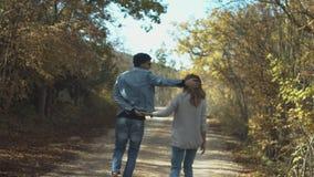 Spielerische junge Paare in der Liebe, die Spaß im Wald hat stock video footage