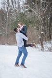 Spielerische junge Paare draußen im Winter stockbild