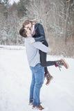 Spielerische junge Paare draußen im Winter stockfoto