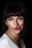 Spielerische kaukasische Frau, die ein lustiges Gesicht macht Lizenzfreies Stockbild