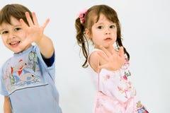 Spielerische Kinder über weißem Hintergrund Stockfotografie