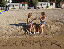 Spielerische Kinder am Sandstrand Lizenzfreie Stockfotos