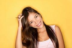 Spielerische lächelnde beiläufige junge Frau Stockfotos