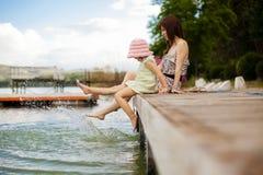 Spielerische Mutter und Tochter Lizenzfreie Stockfotos