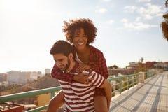 Spielerische Paare, die das Doppelpol tun stockbild
