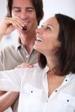 Paare, die Kirschen essen Stockbild