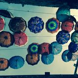 Spielerische Regenschirme, die in Amman, Jordanien schwimmen stockfotos