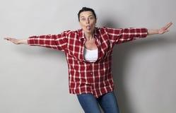 Spielerische schöne Frau 40s, die heraus ihre Zunge haftet Stockfoto