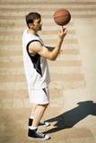 Spielerischer Basketball-Spieler Lizenzfreie Stockbilder